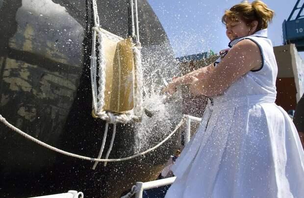 Зачем о борт корабля разбивают бутылки шампанского