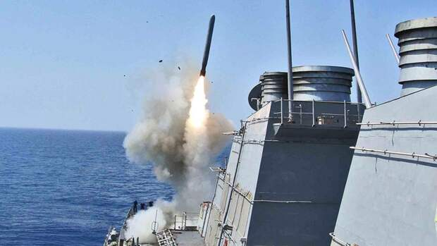 Запуск крылатой ракеты «Томагавк» с борта американского эсминца USS Barry