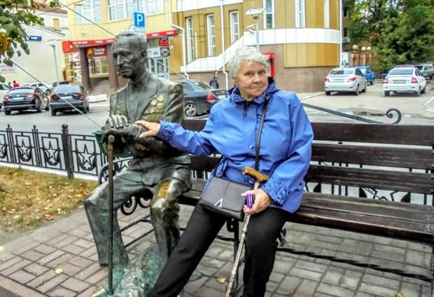 Ветеран из Кузьминок сделала фото с памятником ветеранам в Калуге