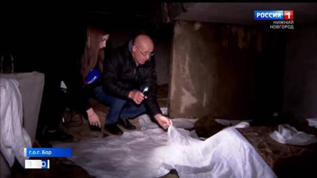 Пока жители дома в поселке Октябрьский ждут ремонта, коммунальщики латают крышу пеленками