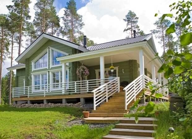 Одноэтажный финский деревянный дом с небольшой террасой.
