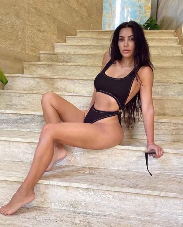 Ким Кардашьян в купальнике Rielli