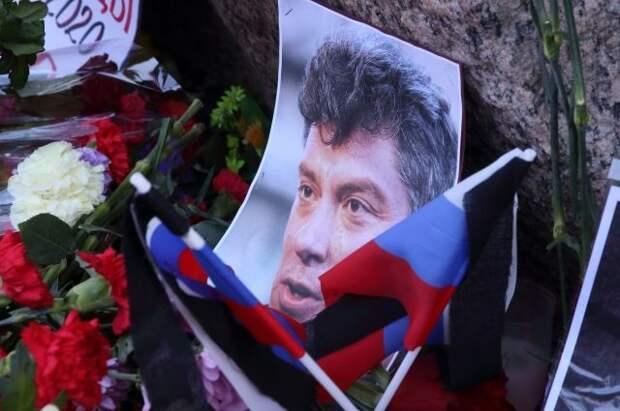 Послы США, Великобритании и Латвии возложили цветы к месту убийства Немцова
