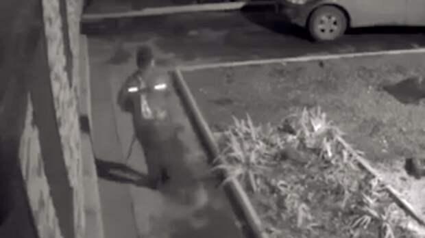 Неизвестный школьник вШахтах повечерам разбивает палкой уличные камеры