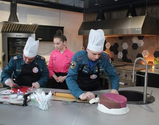 Пожарные округа и специалисты МГУПП приготовили праздничный торт ребятам из детдома