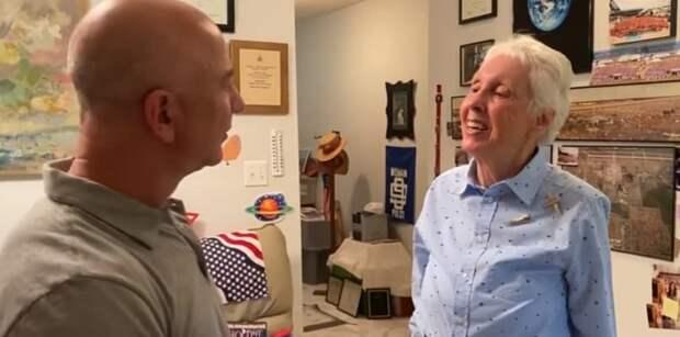 Безос полетит в космос с 82-летней женщиной