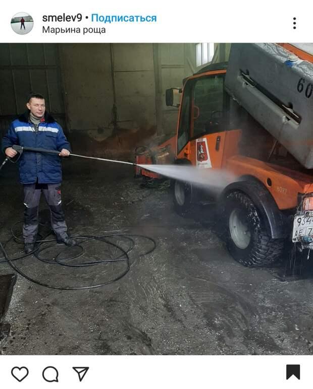 Фото дня: в Марьиной роще отмыли дорожную технику