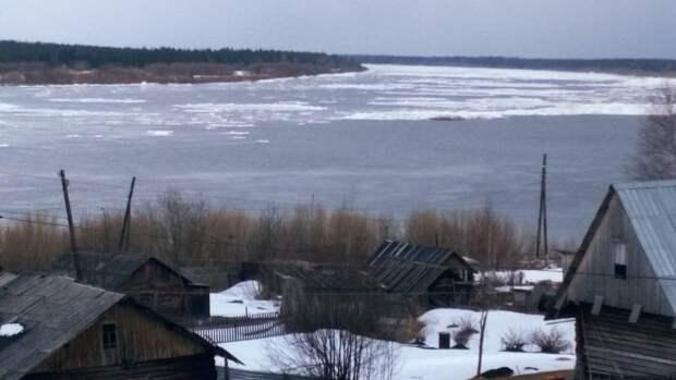 Ледоход протаранил магазин в Хабаровском крае