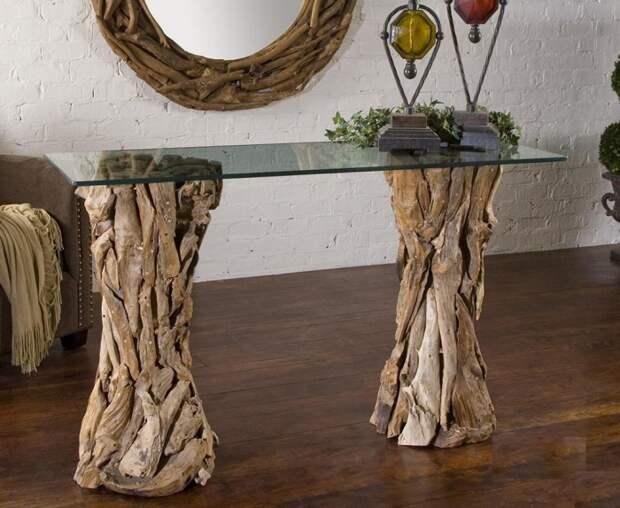 Журнальный столик из коряг или корней очень элегантно смотрится в загородном доме.
