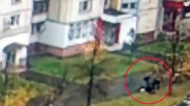 Камеры сняли, как москвича избили топором и ограбили почти на 4 млн