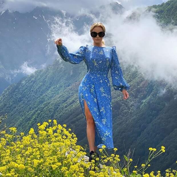 Виктория Шелягова в синем платье с вырезом восхитила своих подписчиков