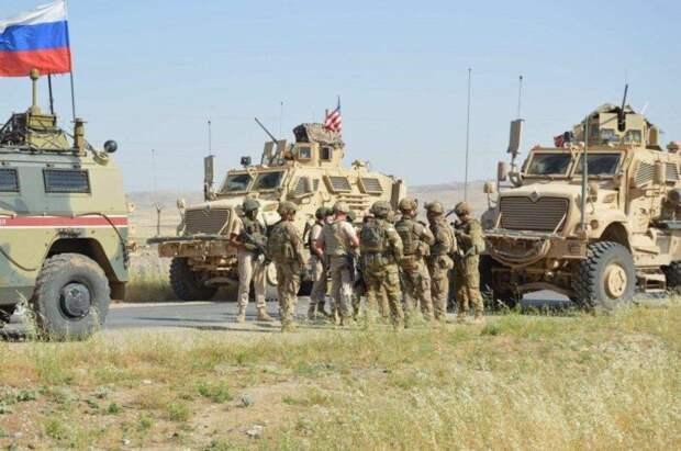Российские военные жестко перехватили колонну военного патруля США вСирии