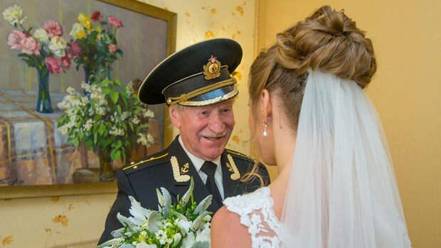 СМИ сообщили о возможной свадьбе 90-летнего актера Краско на молодой поклоннице