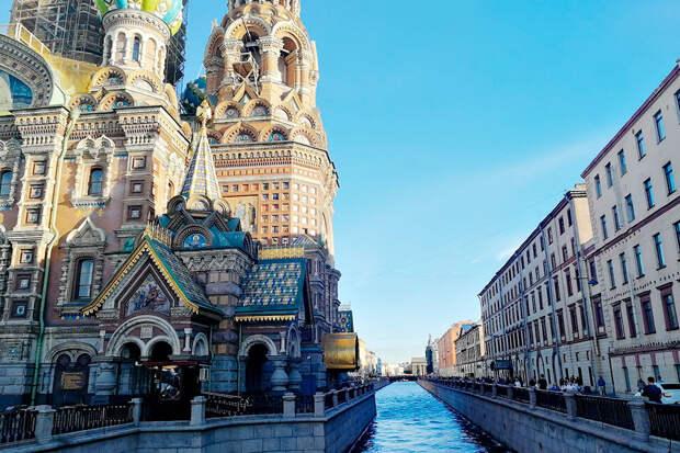Спас на Крови напоминает собор Василия Блаженного в Москве. Сейчас его купола на реставрации