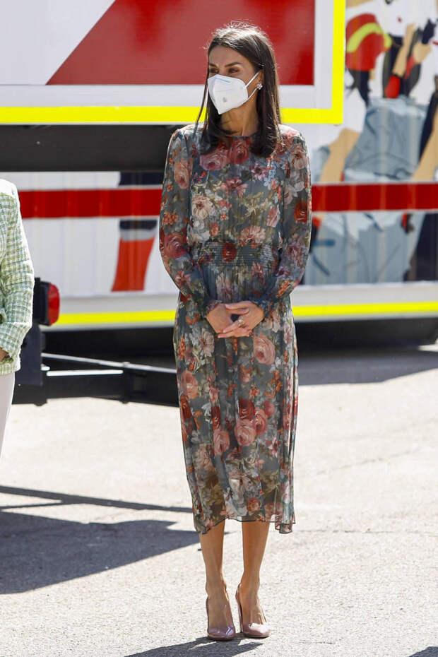 Королева Летиция показала, как создать 3 разных образа с одним платьем Zara