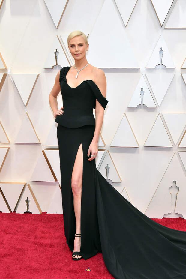 Шарлиз Терон в платье с эффектным разрезом на церемонии «Оскар-2020»