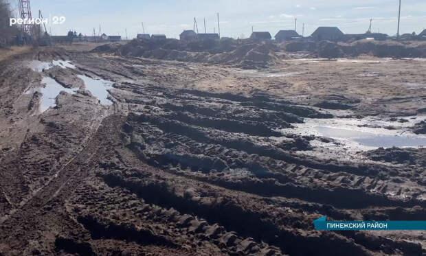 Вцентре Карпогор, где живут многодетные семьи, дороги исчезают под слоем грязи