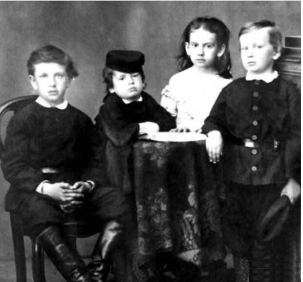 Сергей, Лев, Татьяна и Илья Толстые. / Фото: www.biography.wikireading.ru