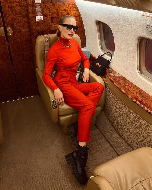 С чем стильно носить красные брюки и джинсы осенью