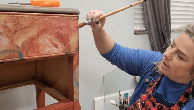 Все потертости можно устранить с помощью краски, подобранной в тон рисунка.   Фото: cpykami.ru.