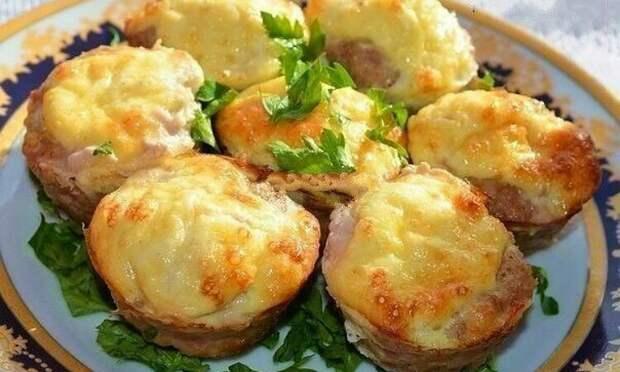 Очень аппетитные мясные кексы с сырной начинкой