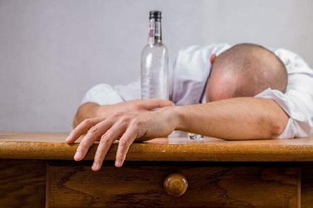В России от употребления алкоголя за 2020 год скончалось более 50 тысяч человек