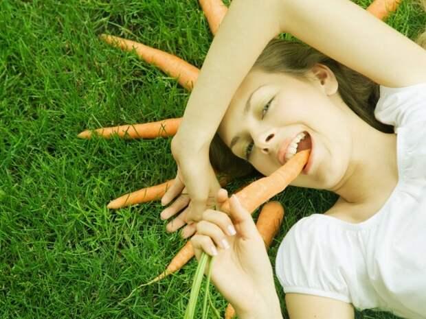 Картинки Девушка, трава, морковь, зубы, майка, белый, лицо фото, обои на рабочий стол 1600x1200 скачать бесплатно
