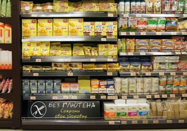 полка с безглютеновыми продуктами в супермаркете