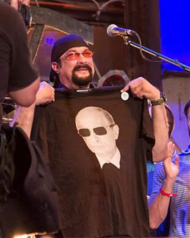 Стивен Сигал, Путин, футболка, севастополь Фото: ic.pics.livejournal.com