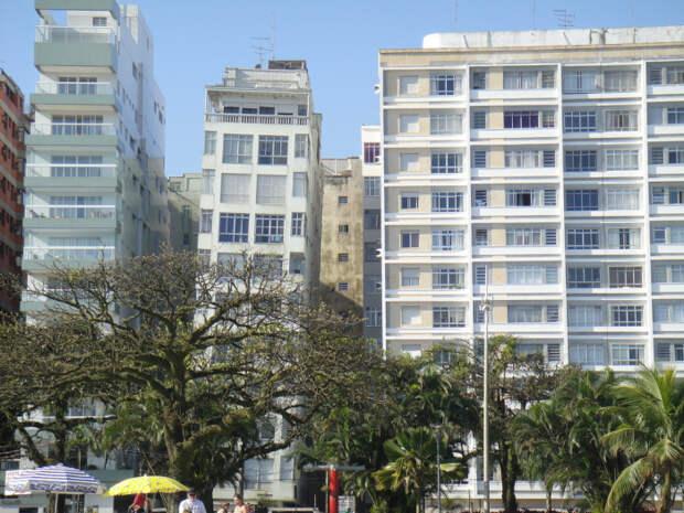 Около сотни высоток начали крениться вскоре после окончания строительства (Сантос, Бразилия).   Фото: terra-z.com.