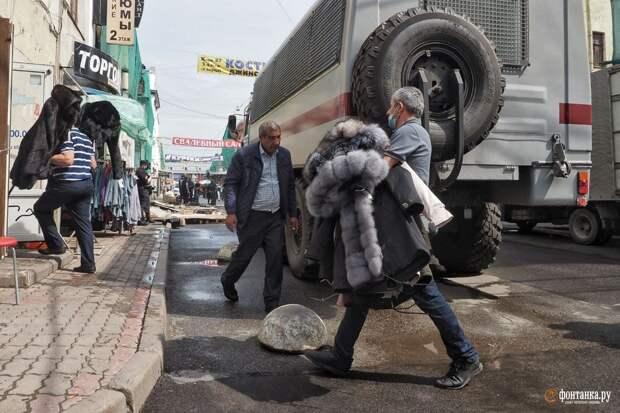 Смольный при поддержке полиции освобождает Апраксин двор от незаконной торговли