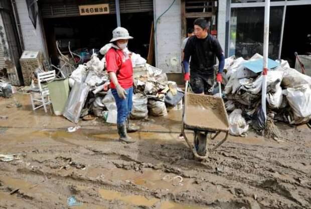 Проливной дождь превращает японские улицы в реки
