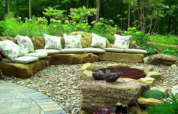 Зона отдыха в старинном стиле со скамьей из камня