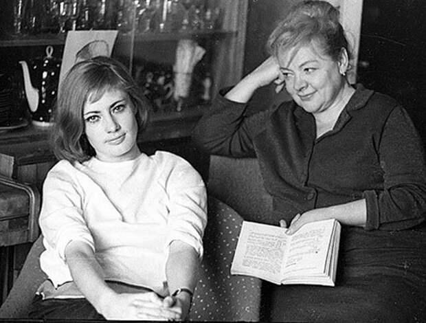Советская актриса Виктория Фёдорова в домашней обстановке.