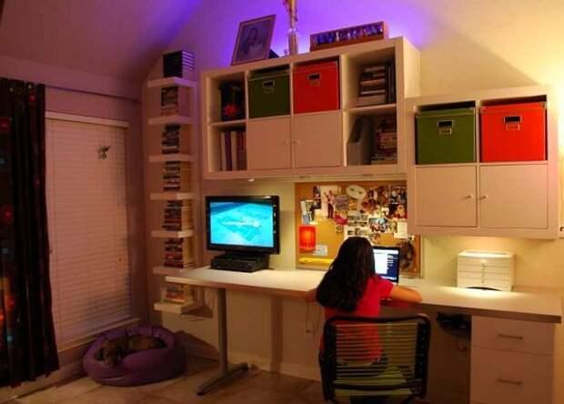 В подростковой комнате обязательно должен быть большой и удобный письменный стол.