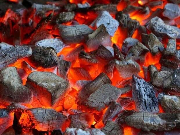 Аккуратно кладем по спирали остальной уголь. |Фото: reklama-sev.com.