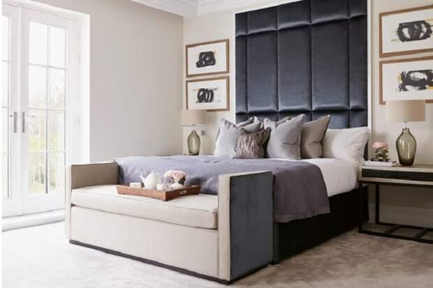 Мини-софа в маленькой спальне.
