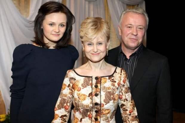 Дарья Донцова с мужем и дочерью | Фото: rustars.tv