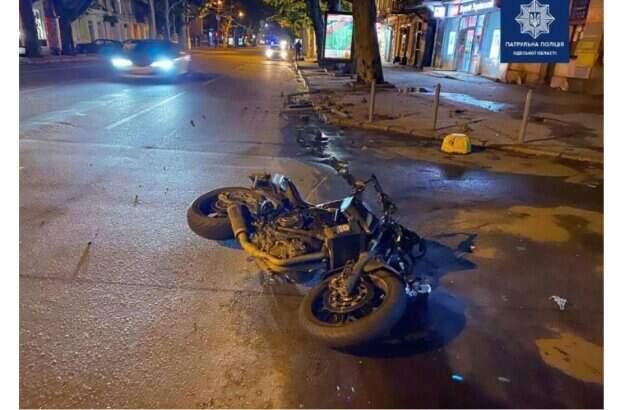 Молодой мопедист попал в ДТП в центре Одессы: медики делают все возможное
