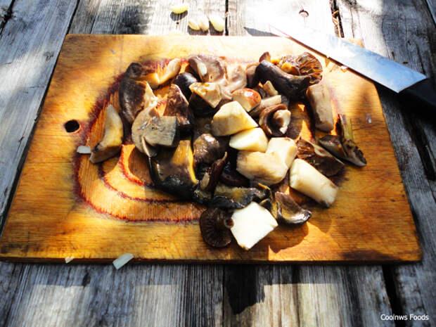 Отварные грибы нарезаем