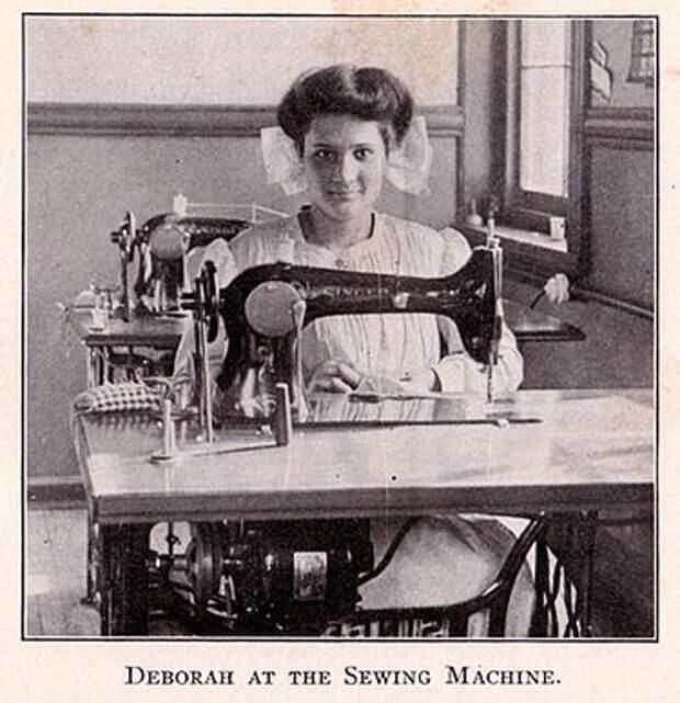 Эмма Волвертон, изображённая как Дебора Калликак, за швейной машинкой