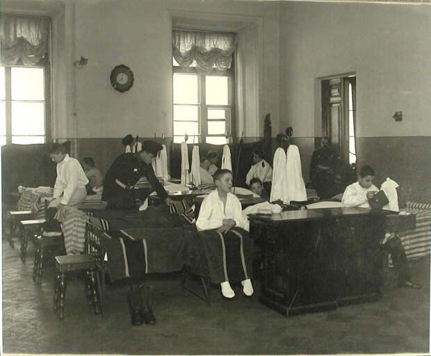 56. Воспитанники младшего возраста в спальне во время утреннего подъёма