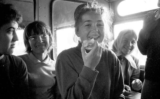 Студентки в автобусе Всеволод Тарасевич, 1967 год, Волгоградская область, г. Волжский, МАММ/МДФ.