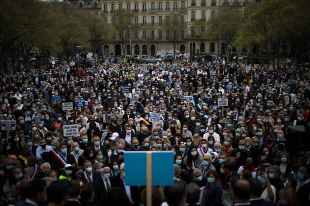 Участники митинга в Марселе