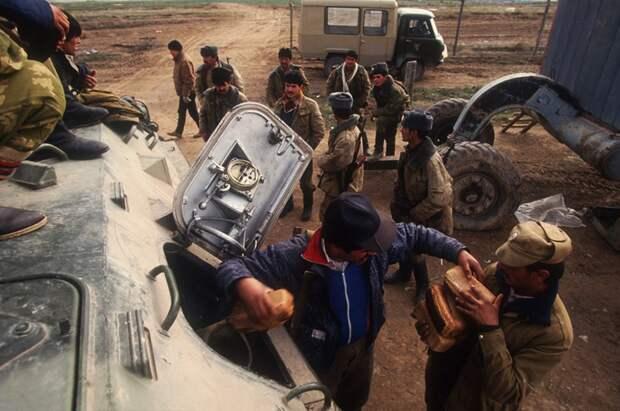 Солдаты делятся хлебом с местными жителями. Гражданская война в Таджикистане 1992-1997 год.