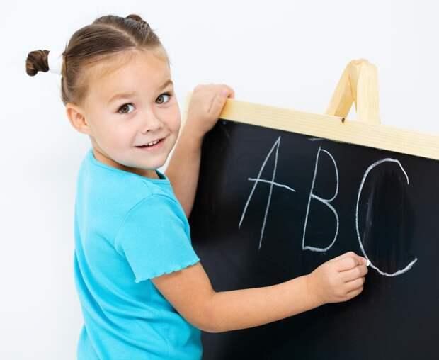 Родители назвали оптимальный возраст для начала обучения ребенка иностранному языку