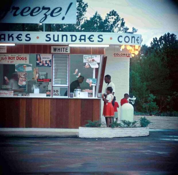 Уличное кафе быстрого обслуживания с окошками для белых и для цветных
