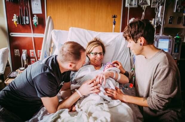 Эта 61-летняя женщина только что родила свою внучку