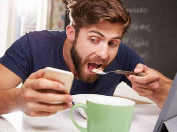 Муж-кормилец семьи ужинает, уткнувшись в телефон, а жена недовольна: «Общайся с семьей!»