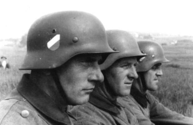 В 1940-х эмблемы на касках были нарисованы, а не отлиты. /Фото: russian7.ru